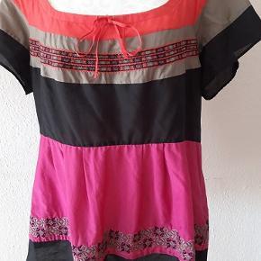 Tunika fra Dranella.  Str. 46 Ny pris 599 kr Materiale - 55% silke , 45 % cotton Længde - 62 cm  Brystvide - 104 cm