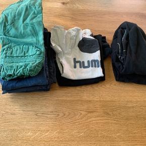 En lille tøj pakke til dreng i størrelse 104.  Består af 3 par bukser. 1 par shorts. 2 t-shirts. 2 trøjer. Blandede mærker som, Hummel. H&M. Kids up. Name it.  Kommer fra røg og dyre frit hjem.  Tøjet er vasket i neutral. 😊 Kan sender flere billeder ved interesse.