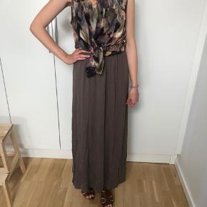 Flot lang olivengrøn maxi-nederdel i blødt stof. Størrelse XS. Aldrig brugt. Rigtig god stand 🌸  Toppen (30 kr.) og sandalerne (150 kr.) er også til salg - se annoncer 🍀