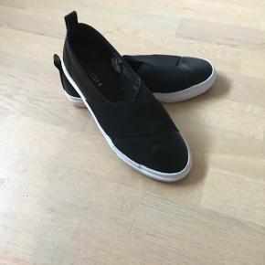 Smarte Loafers i sort imiteret læder med hvid sål.. str 38Kun brugt en gang 😀 BYD