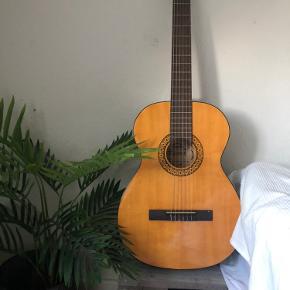 Rigtig fin guitar fra tyskland.  Få skrammer nede i bunden ellers så god som ny og næsten aldrig brugt! -Tasken høre også med.  Skal gerne kunne hentes, den befinder sig i præstø 4720 vordingborg kommune.