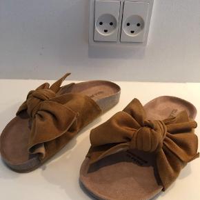 """Fine ubrugte Sandaler fra Ulla Johnson. Sandalerne er ubrugte og ligger i original æske med dustbag.  Farven hedder honey og er """"karamelfarvet"""" modellen hedder Ingrid.  Sandaler Farve: Brun Oprindelig købspris: 3200 kr."""
