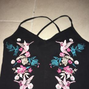 Fin blomster detaljeret G-streng bodystocking fra Nelly.  Str S