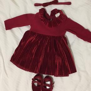 BYD. Bordeaux sæt til baby pige. Kjole i størrelse 50 og sko i størrelse 10/12. Pandebånd er onesize. Aldrig brugt, kun prøvet på.
