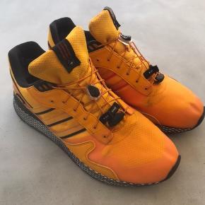 Lækker Adidas LIVESTOCK CONSORTIUM købt hos Norse Store i Kbh. I 2018. En super lækker sneaker der er specielt velegnet til efterår/vinter pga. Goretex materialet. Der er mindre misfarvning ved front og slitage ved hæl( se foto ).