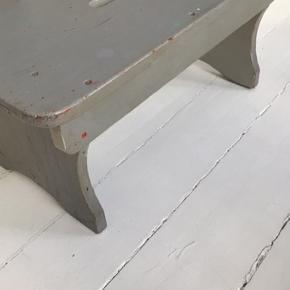 Antik gammel skammel. Mål: 56x25x30cm Godt solidt håndværk.