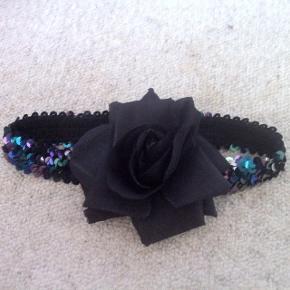 H&M - hårbånd med blomst Næsten som ny Farve: sort blomst - bånd lilla skær palietter Køber betaler Porto!  >ER ÅBEN FOR BUD<  •Se også mine andre annoncer•  BYTTER IKKE!