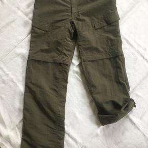 Lange bukser der kan lynes af til shorts eller knappes op til 3/4. Str. 4, 78cm i taljen, svarer til str. 40.