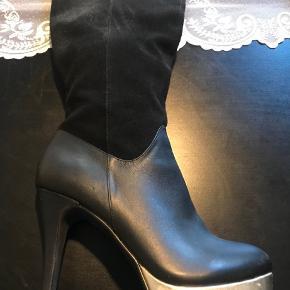 Sælger disse fede støvler i en Str. 38, det er ruskind og læder med guld kant. Hæl 12 cm😊
