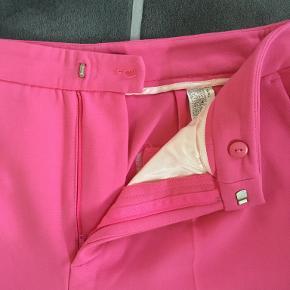 Flotte pink bukser fra Zara sælges, da de er blevet for store. Brugt en enkelt gang og fremstår derfor i flot stand.   OBS. Opbevares i Rødby, men kan også afhentes nær København, dele af Sjælland, Lolland og Falster efter aftale, samt sendes på købers regning.