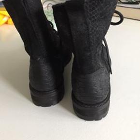 Sort støvle i str 38, aldrig brugt... Køber betaler porto.