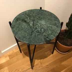 Smukt lille bakkebord i marmor. Bordet har en flot gør marmor bordplade, og et enkelt sort jernstel. Bordet er brugt, men stadig i rigtig fin stand med enkelte meget små ridser i pladen.