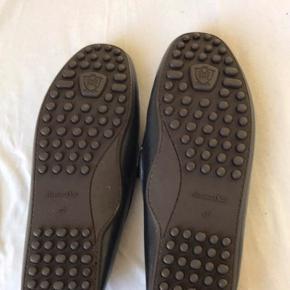 Fede Massimo Dutti loafers. Købt i Dubai. Aldrig brugt da jeg ikke kan passe dem.  I original læder.