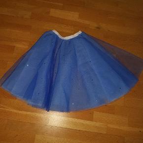 Flot blå tyl skørt str 36 . 38  small medium  med elastik i kanten  sælges fast pris 65 kr   afhentning på adressen i Hvidovre