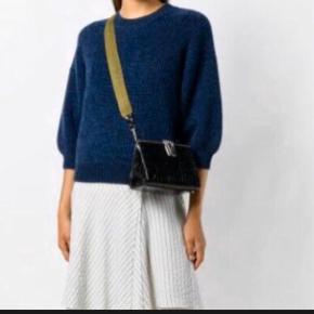 Lækker, blød uld bluse - sweater fra Phillip Lim.  Passer også en S og lille M Farve: Midnight Blue Mørkeblå Nypris 2800kr