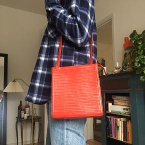 Fin retro taske i rød Har et stort rum  (HUSK, at der er fri fragt hele søndag d. 29!)  Prisen er ekskluderet fragt, afhentning kan også arrangeres.  Kom gerne med et kvalificeret bud, hvis du er interesseret, men finder prisen for høj