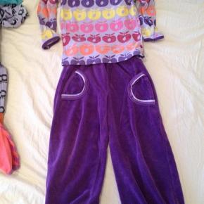 Varetype: Lækkert sæt bluse og bukserStørrelse: 98 - 104 Farve: Lilla