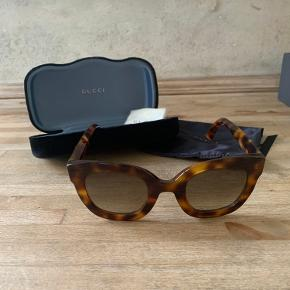 Gucci solbriller i modellen GG0208S købt hos Selfridges i London for 250£. Brillerne fremstår som nye og etui medfølger.  Bytter ikke :-)