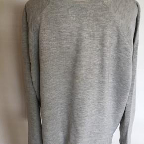 Smart oversize sweatshirt i joggingstof. Størrelse: S/M Bytter ikke. Se også mine øvrige annoncer. (18)