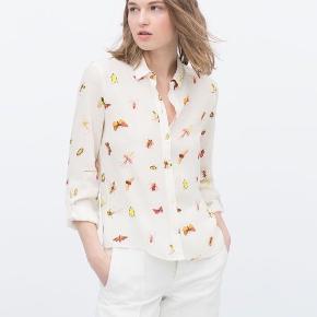 Smuk let skjorte med insekt print. Brugt et par gange. Vaskemærket kunne ses igennem stoffet, så det har jeg klippet ud.   Giver gode mængderabatter 🌸