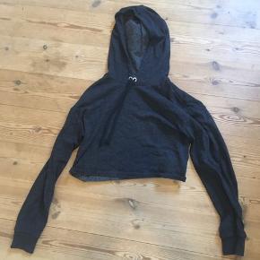 Grå cropped hoodie i et blødt stof 🐚  Fra H&M og en str. S - kan passes imellem str. 36-38.  OBS: jeg hverken bytter eller tager tøj retur igen.  Skriv gerne for mere information eller billeder!  Handler med DAO 🐚 Tager også imod seriøse bud. 🌟