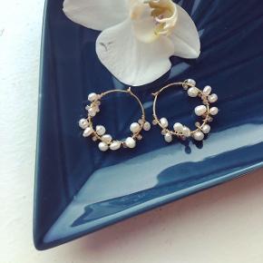 Hanna øreringe, smukke forgyldte creoler med små ferskvandsperler og små Solstens perler i orange-rosa.   Creolen måler 25mm - kan laves i sølv også.   Kan laves i 30mm til 400.-
