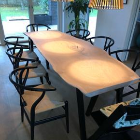 Emma Nordic Wood design spisebord i kraftig dansk egeplank og tig-svejset sorte pulverlarkerede stålben. Bordplade er skåret ud fra et 5,5 cm tykt stykke plank, håndpoleret/slebet, hvidolieret. Fremstår med svindrevner og råt naturlook. L: 232 B: 90 H: 72 sælges nu til spotpris! 11800,- Bordbukke sælges separat for 1500 kr. Bemærk! En massiv planke.