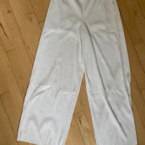 Hvide, løse bukser fra zara. Brugt få gange.   Tager ikke billeder med tøjet på. Sender ikke flere billeder. Prisen er fast og eksklusiv fragt.