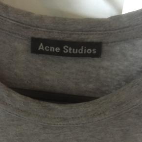 Grå Acne Nash face t-shirt.Har kvittering. Str: xxs (fitter ca. 155) Cond: 8-9 helt som ny. Np: 800 Mp: 350 Bin: bare byd
