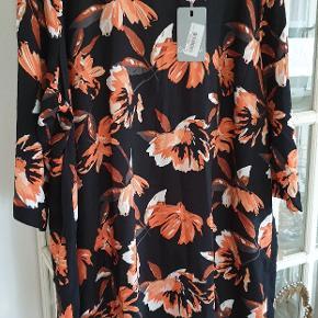 Fin kjole i flotte efterårsfarver. Bm ca 73x2. Stadig med tag. Nypris 300