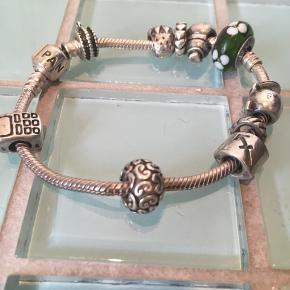 Pandora Moments-armbånd med charms. Sælges samlet - eller spørg efter enkelte charms. Per styk: glascharm: 75 kroner. Sølvcharms: 50 kroner stykket.