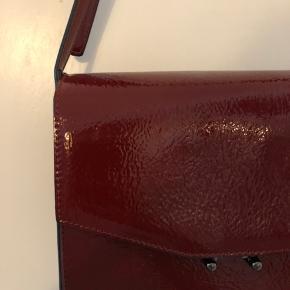 Fin taske med justerbar rem. Aldrig brugt. Se billeder for tasken mål.