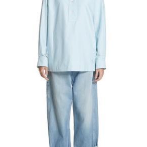 Mærke: Marc Jacobs Nypris: 3000 kr Farve: light turquise  Lækker Marc Jacobs skjorte i 100% bomuld.  Respekter venligst at jeg ikke bytter og købe betaler porto samt gebyr ved tspay.