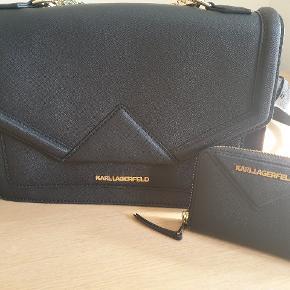 Super lækker og vedligeholdt taske fra Karl Lagerfield m. tilhørende pung. Samlet pris ved køb af begge dele: 2200 kr.  Købes taske alene: 1800 kr.  Købes pung alene: 600 kr.   Tasken og pungen har næsten ingenbrugsspor.