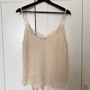 Smuk top fra Doutzen kollektionen. Brugt meget få gange og fejler ingenting :) Jeg sælger også de tilhørende shorts i et andet opslag.   #30dayssellout