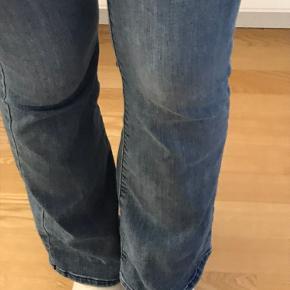 Str 26/32  Mini flare jeans i denim fra VERO moda. Der er meget stræk i, så de er utrolig behagelige at have på. Sælges jeg ikke bruger dem, fejler intet  Byd