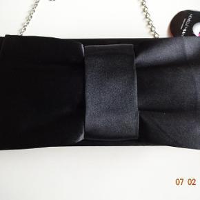Sød lille taske med lang hank som kan tages af, den har et rum. Tasken er 23 bred & 11 høj.  Bytter ikke.  Sælges for 70 kr + porto  Se også de andre annoncer jeg har.
