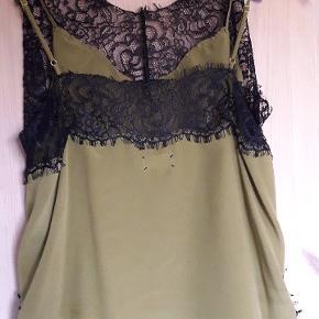 Silke top fra Day, i lækker oliven farve, med smukkeste blonder i sort. Aldrig brugt. Justerbare stropper.  Se også mine andre annoncer 🧡🌹