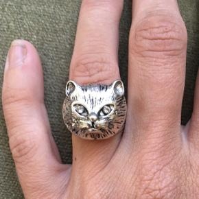 Sød ring med kat / kattemotiv, passer en str 54. Sælges da den er for stor. Fra monki.