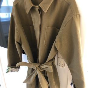 Fin meotine jakke i størrelse M/L Ny prisen er 1500,- og den er kun blevet brugt to gange🌼🦋