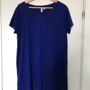 Fin T-shirt-kjole i kongeblå fra H&M. Har en lille slids i siderne. Fejler ingenting.