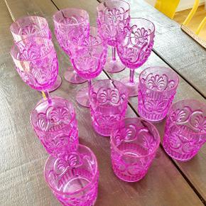 6 stk vinglas og 6 stk vandglas i pink akryl fra Rice. Til f.eks. altanen eller picnic. Prisen er for alle 12.