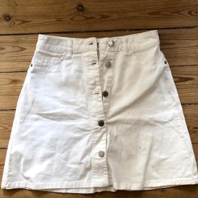 Jeg sælger denne, rigtig fine nederdel som jeg købte til min konfirmation men blev dog aldrig brugt. Materialet er stretchy og perfekt til sommer!