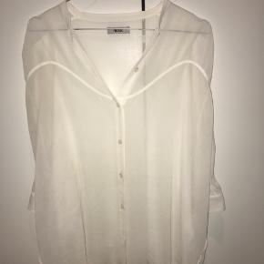 Hvid Acne skjorte i str. 36.   Materialet er lidt gennemsigtigt, men det er meget fint med en farverig top eller bh indenunder.   Byd endelig, hvis det lyster 😊