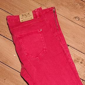 Pink jeans med lynlås for neden. Slim fit model, middellav talje. Lækker stretch-kvalitet 🌸