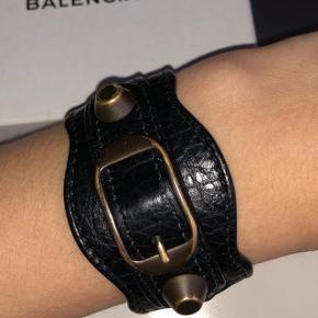 Jeg sælger mit elskede balenciaga armbånd da jeg ikke får det brugt nok.  Det er købt i 2015 til $280.   Jeg har ALT til det, kvit, boks, dustbag osv.  BYYYDDD💘