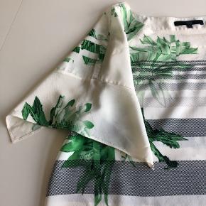 Fin silkebluse med søde ærmer som deler sig.