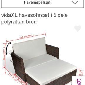 Dette multifunktionelle sæt kan anvendes som en 2-personers sofa, 2-personers sofaseng eller som 2-personers sofa med skammel, som passer til ethvert behov. Ryglænet kan klappes ned, så det er nemt at lave sofaen om til en seng. Derudover kan skamlen opbevares under sofaen og er dermed pladsbesparende, når det ikke er i brug.   Møbelsættet er nemt at rengøre, slidstærkt og velegnet til daglig brug takket være det vejrbestandige og vandafvisende PE-rattan. Sofasættet har et robust, pulverlakeret stålstel, som er meget holdbart. Det er også let i vægt og opdelt i moduler, hvilket gør det fleksibelt og nemt at flytte rundt i forhold til dine behov.   Der er efter købet af sættet købt andet hyndemateriale til både sæde og ryghynder, der er tykkere og mere behageligt end de tynde hynder det fulgte med. Hyndebetrækkene er aftagelige og kan vaskes. De er efter købet imprægneret.  Har været i brug en sæson og står som nyt.  Informationer: * Rattanfave: Brun * Hyndefarve: Cremefarvet * Materiale: Pulverlakeret stålstel + polyrattan * Hyndebetræk: 100 % polyester * Tykkelse, hynde: 5 cm * Mål, sofa (udslået): 123 x 117 x 66 cm (B x D x H) * Mål, sofa (ikke udslået): 123 x 62 x 86 cm (B x D x H) * Sædebredde: 108 cm * Sædedybde: 60 cm * Sædehøjde fra gulvet: 34 cm * Armlænets højde fra jorden: 66 cm * Mål, skammel: 109 x 63 x 31 cm (L x B x H) * Skamlen kan anvendes individuelt eller opbevares under sofaen.