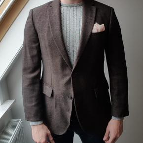 """flot kashmir jakke med mix af merino uld og silke.   fra deres gold line """"selection"""" med bedre naturlige matrialer.   str 48 med 50 skuldermål i bredskuldret bygning. har mange flere habitter i samme stilart til den velklædte herre på profi"""