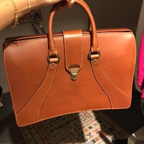 Attache-taske fra mulberry - aldrig brugt. Låsen er lidt hård/svær at lukke og derfor sælges tasken billigt. Kan sendes eller hentes på Østerbro.